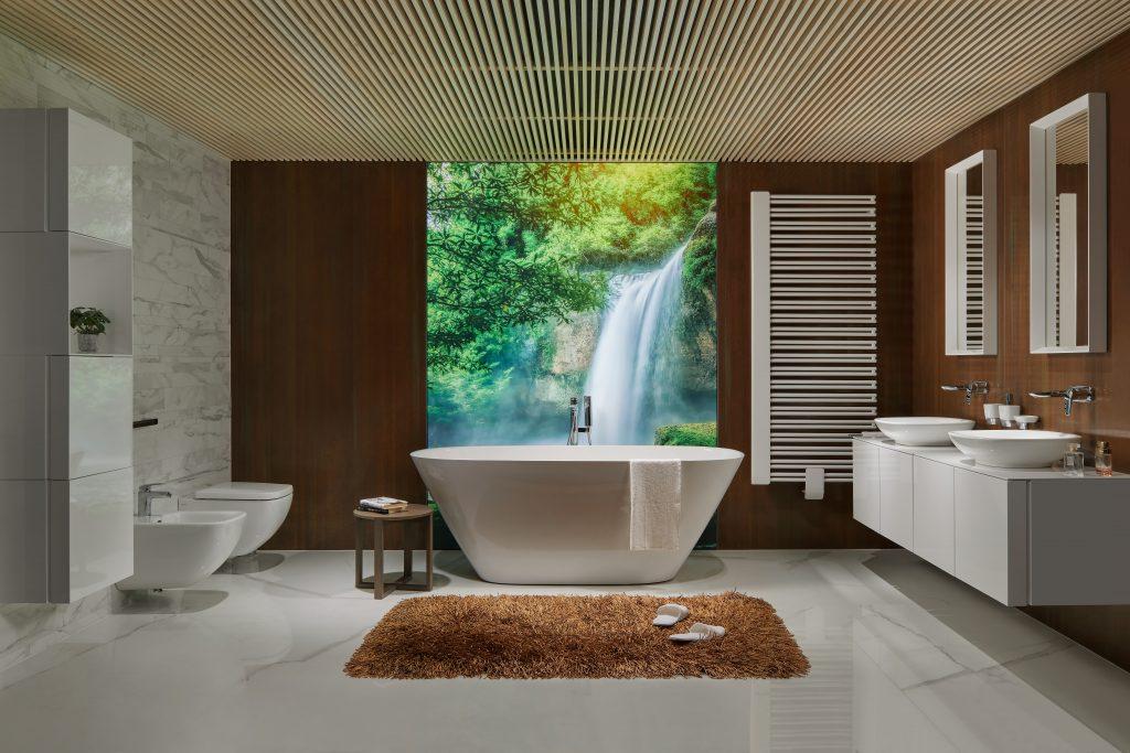 Přírodní koupelna v bílém lesku