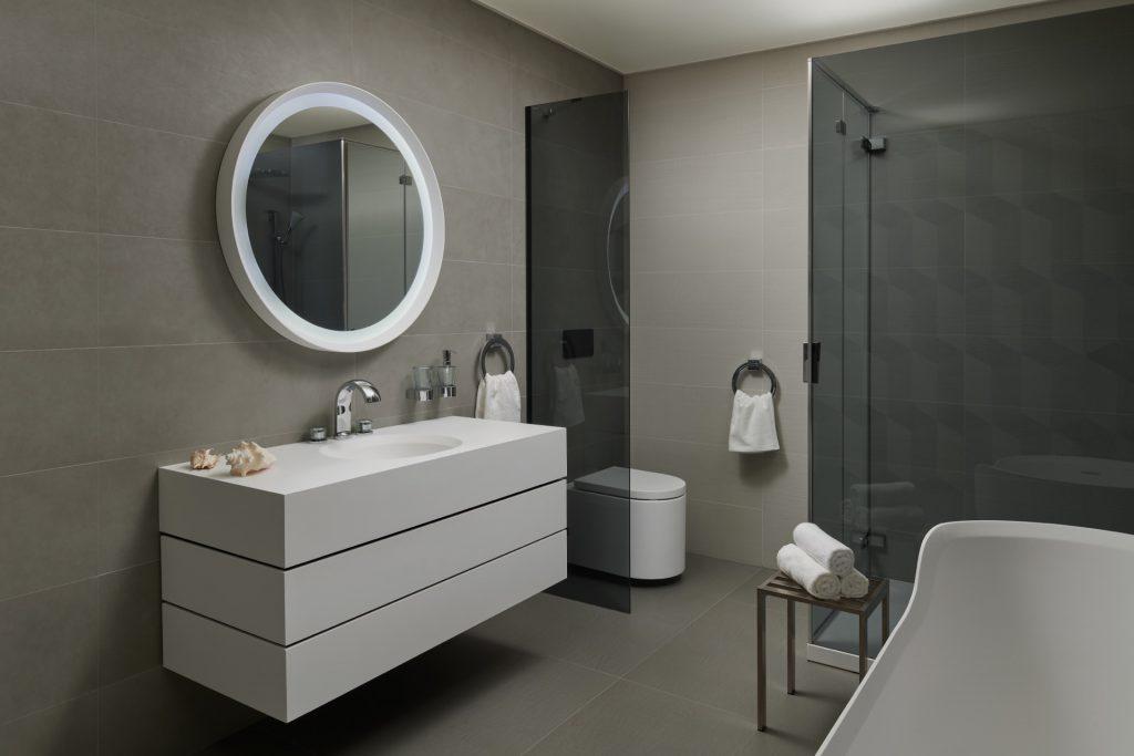 Glamour koupelna sreliéfním obkladem