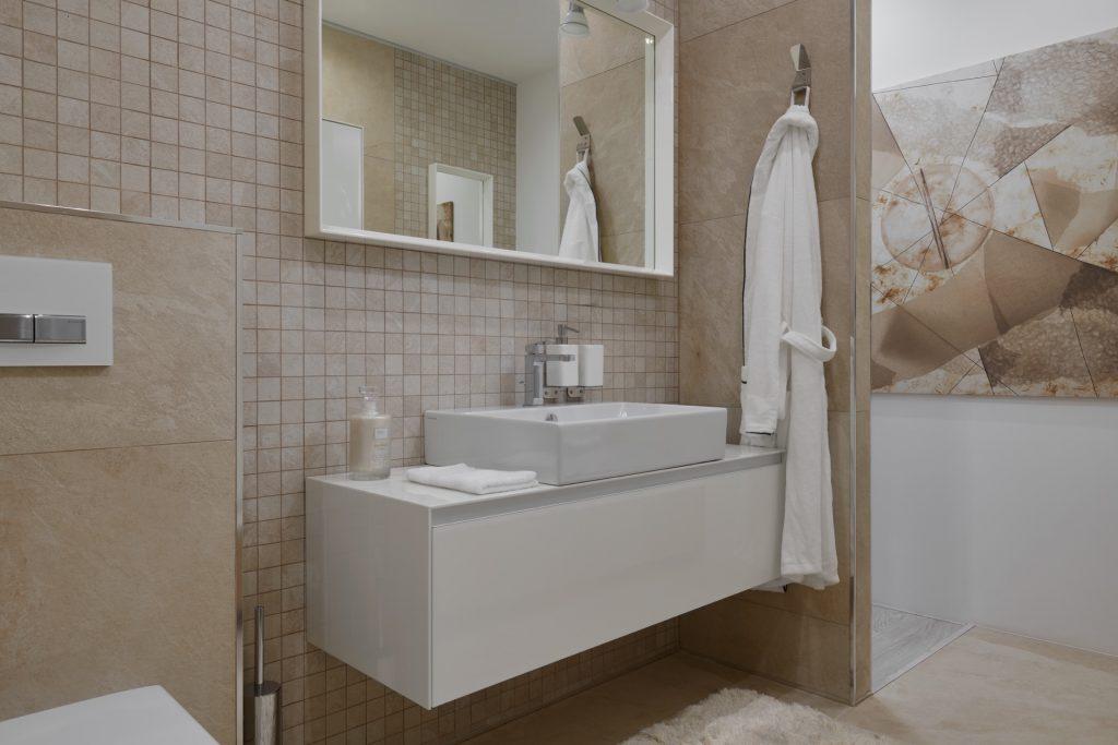 Přírodní koupelna vhnědých tónech smozaikou