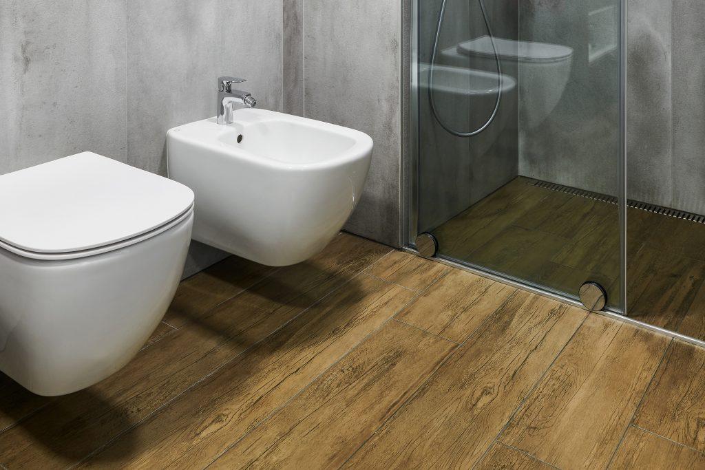 Koupelna v kombinaci dřeva a betonu